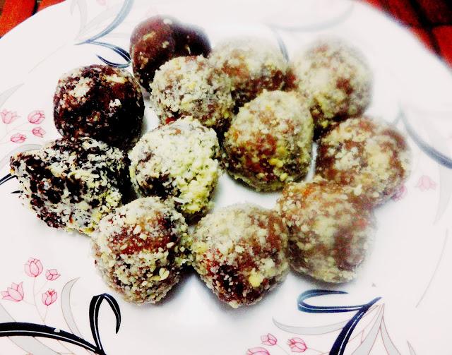 Date ,cashewnut and coconut balls(Khajur aur Kaju nariyel Laddoo)